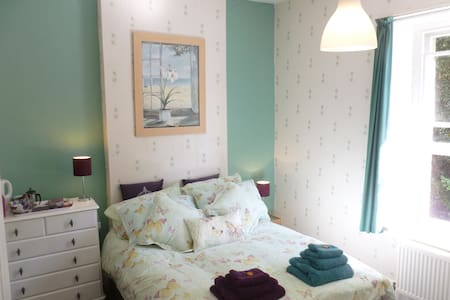 Ensuite bedroom - historic villa & wildlife garden - Ventnor, Isle of Wight - Villa