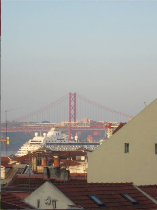 The terrace overlooks the Tagus, Christ and Bridge. From there you can check the boats coming in.
