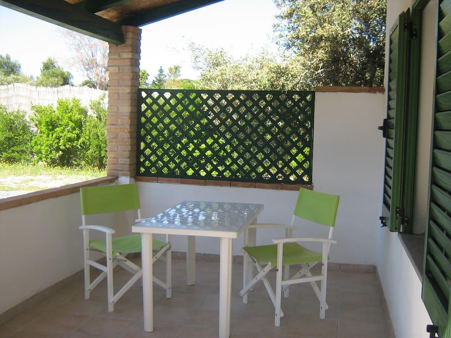 Tavolo nella veranda esterna.