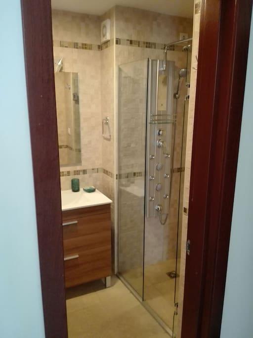 Baño con panel de ducha