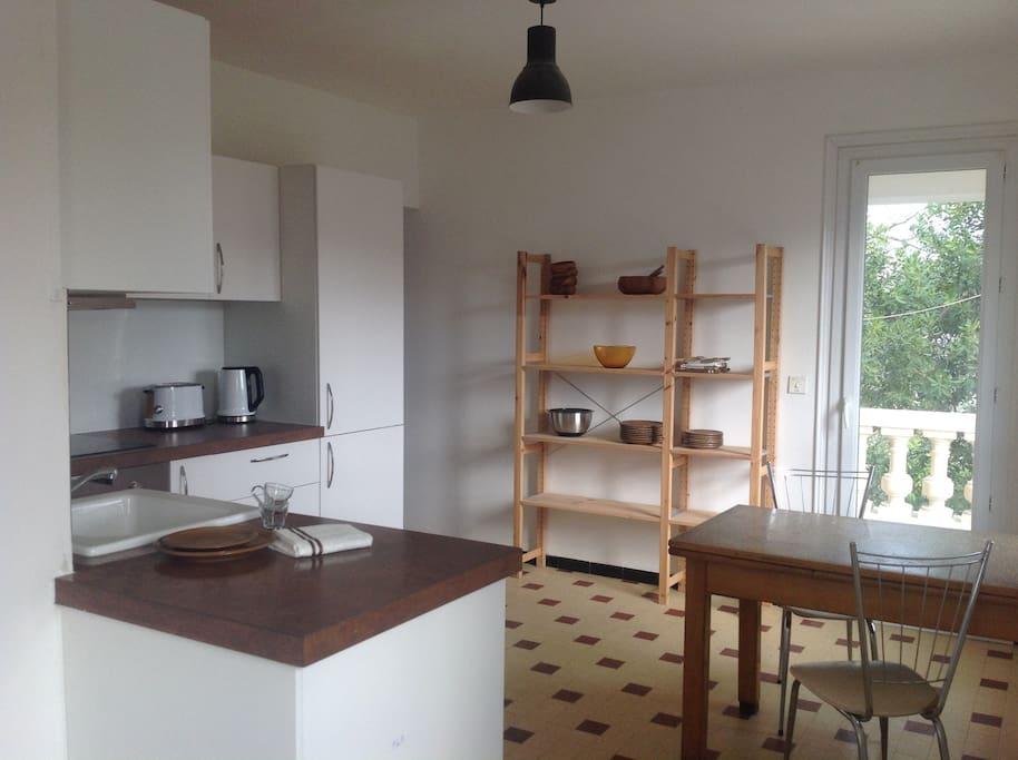 Luminous kitchen (with dishwasher) and with access to both terraces, living room and dining room. Cuisine lumineuse (avec lave-vaisselle) et accès aux deux terrasses, séjour et salle à manger.