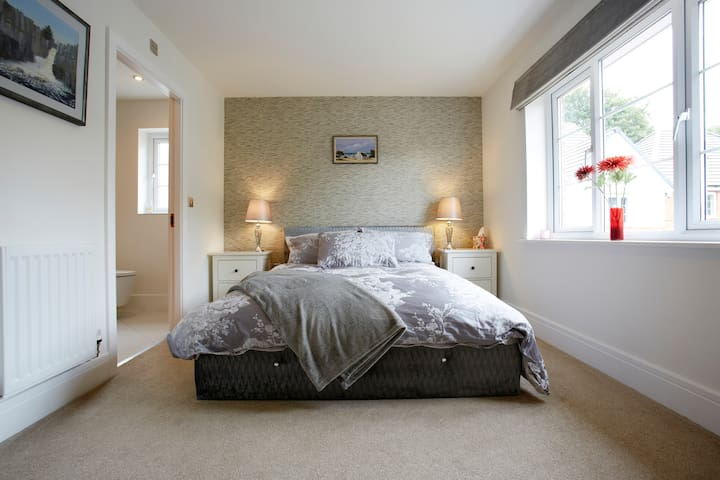 En-suite fabulous bedroom, beautiful home +parking