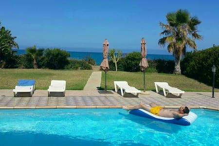 Olgas beach villa - Αγια Μαρίνα χρυσοχούς - Huis