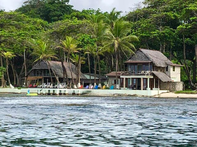 Sitio fantástico en la selva frente al mar