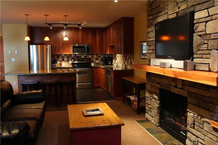 Luxury 2-level townhome with private hot tub, BBQ, kitchen, free wifi and mountain views: 45-101 - Pinnacle Ridge Chalet 45-101