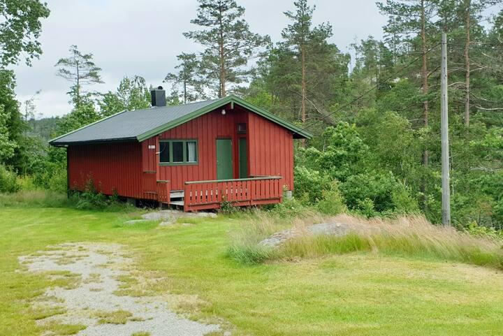 Hyggelig, eldre hytte ved Undeland gård. Kano