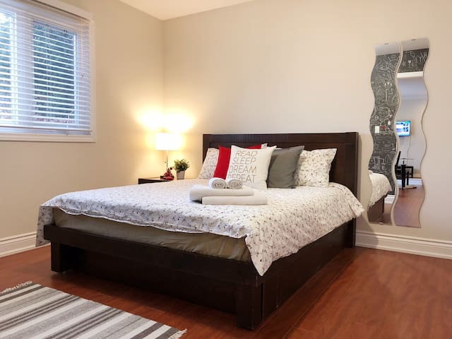 Nice private bedroom Leslie/401 w/FREE parking (A)