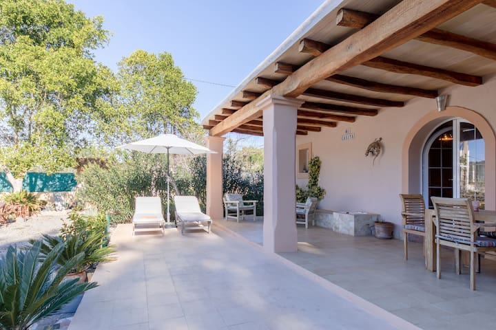 Villa in a Fantastic Location with Wi-Fi, Air Conditioning and Parking; Pets Allowed