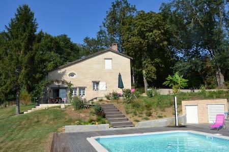 Maison de Charme ds Cadre verdoyant - Aillas - 独立屋