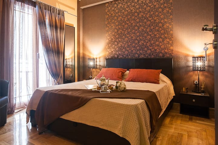 Luxury GOLD airbnb room in Athens tourist area