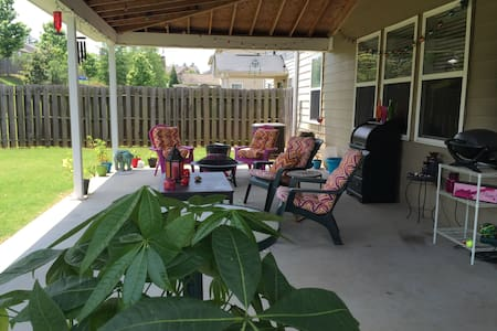 Private Queen Room- GREAT BACKYARD! - Newnan - 独立屋