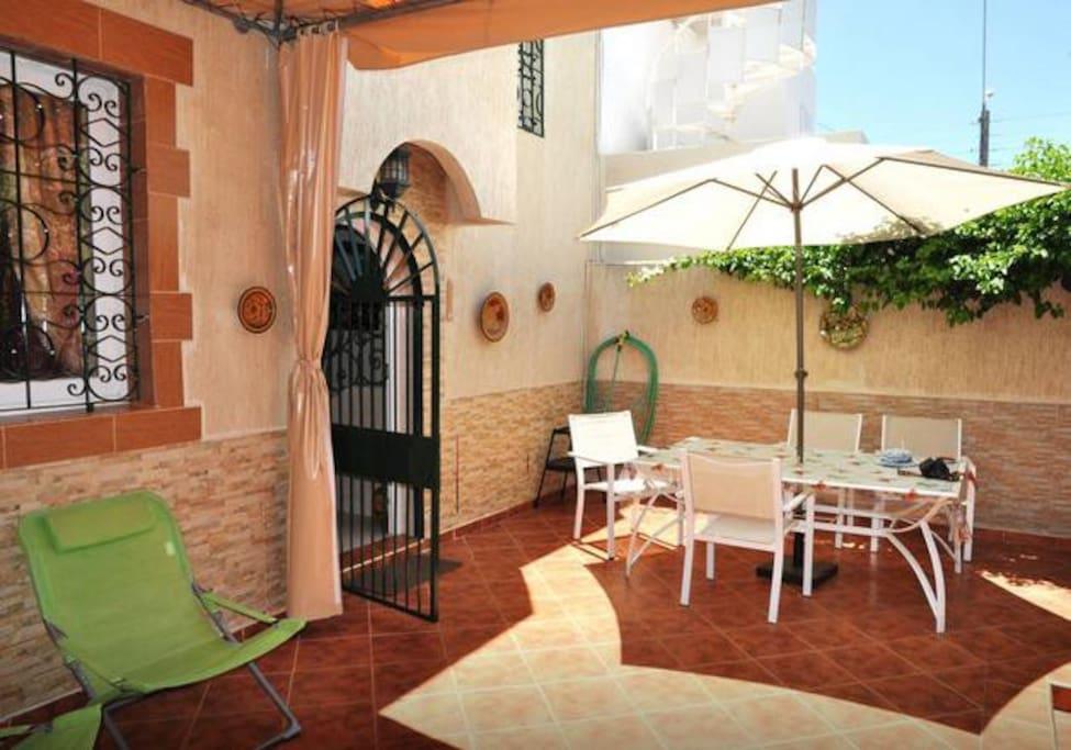 patio pour repas en extérieur,transats pour repos et sieste
