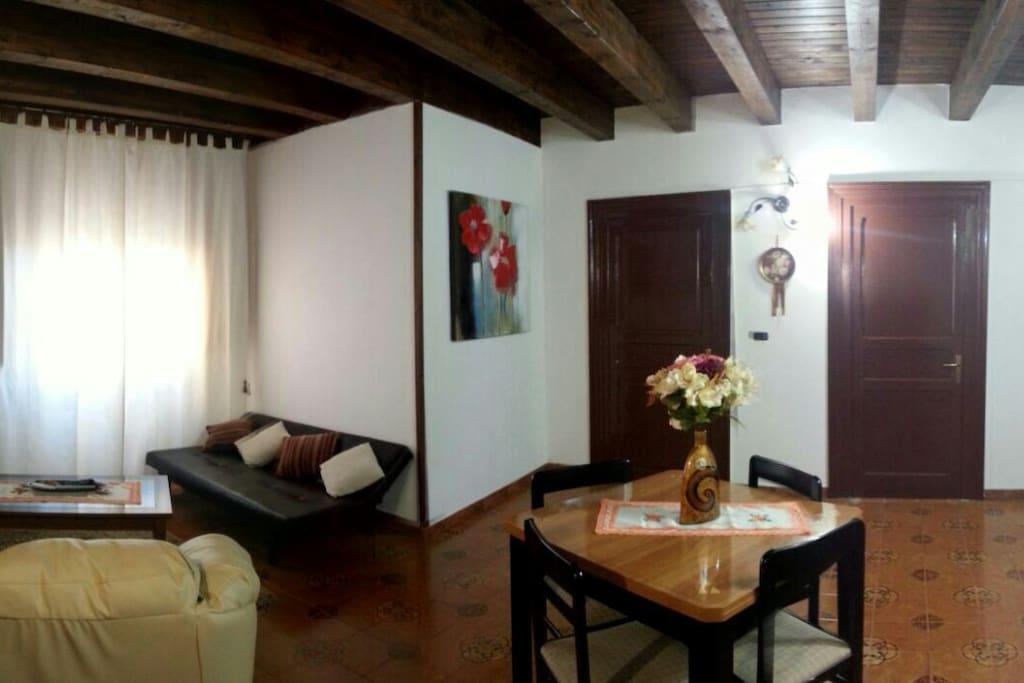 Salotto fornito di due divani/letto per gli ospiti e dotato di tv e di condizionatore/pompa di calore.