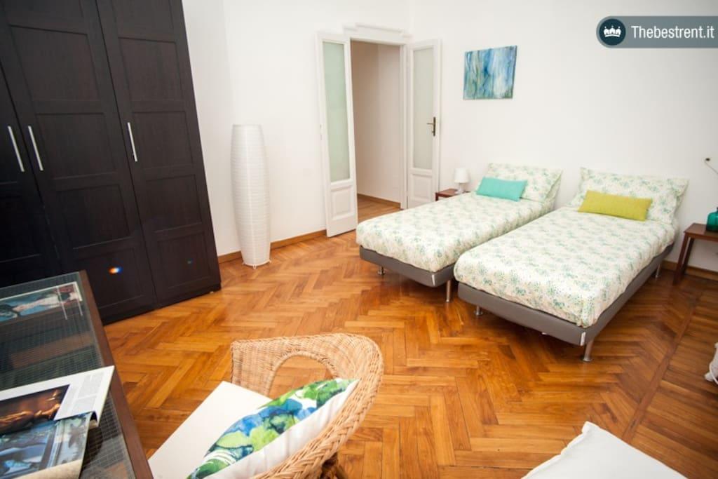 Ampia camera matrimoniale con due letti singoli combinabili in un confortevole matrimoniale