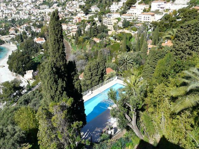 Vue de la piscine depuis le parking de la résidence