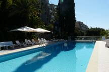 Autre vue de la piscine et de la résidence