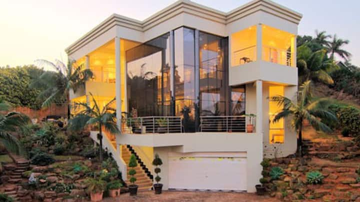 Modern Umhlanga Villa, Ocean Views & Rooftop Pool