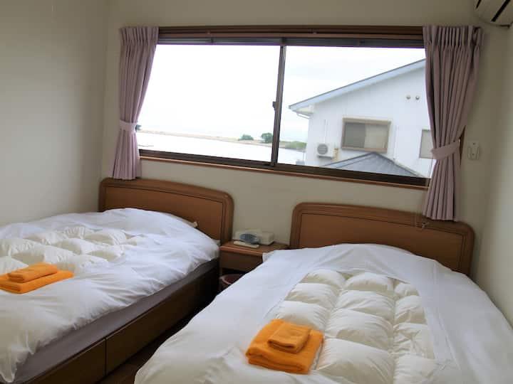 香川と徳島の間、瀬戸内海と安戸池の間、静かで眺めのいい和洋室ツイン(安戸池側)