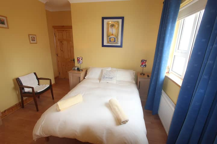 Beautiful en-suite, double bedroom by the sea