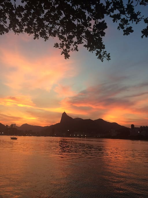 Watching the sunset from the wall - Mureta na Urca