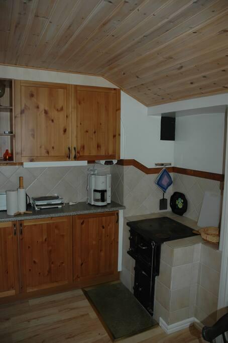 Köket med gamla spisen (Finns modern + micro!)