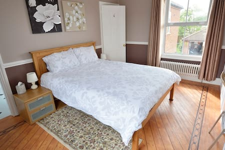 Large double room /private bathroom - Bedford