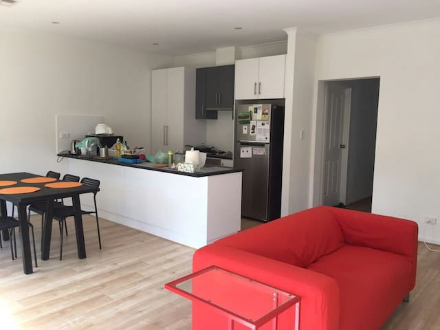 Brand new room in newly built home for long stay - Campbelltown - House
