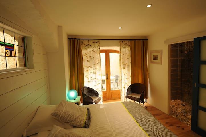 chambre bleue dans maison en pierre - Dompnac