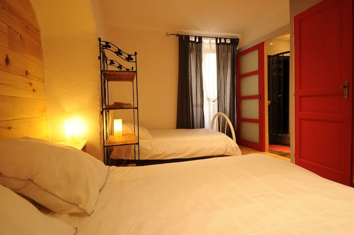 chambre rouge dans maison en pierre - Saint-Mélany