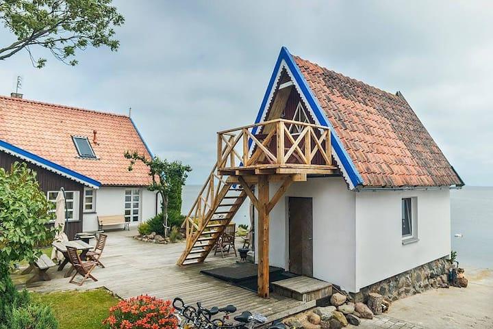 Fishermans house on the lagoon shore/Vila Preiloja
