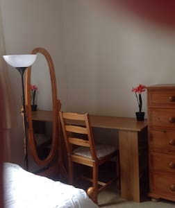 Twin room in a lovely clean house - Wembley