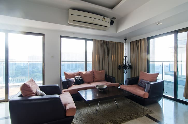 2bhk cozy apartment in bandra with a huge balcony - Mumbai