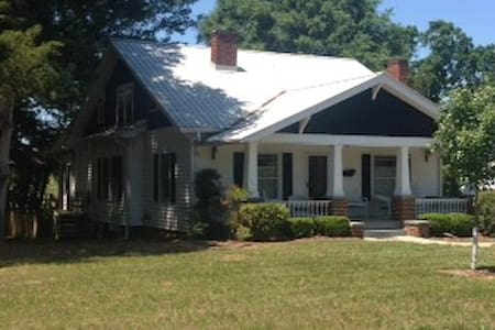 The Homestead Farm House on 60 acre working farm. - Clemmons - Bed & Breakfast