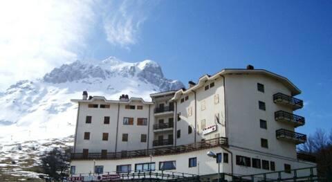 Appartamento incantevole con camino, balcone vista Gran Sasso d'Italia, posto auto coperto, vicino ad impianti di risalita.