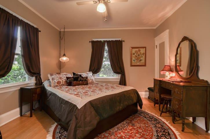 Whitman Acres: Queen Room