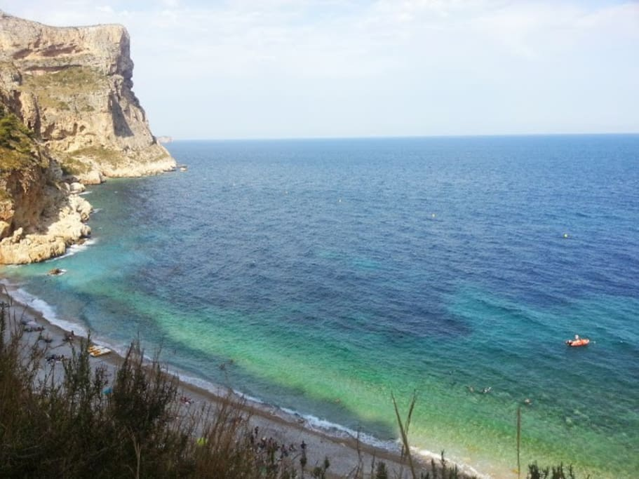 Playa del Moraig, ai piedi della scogliera su cui sorge la casa