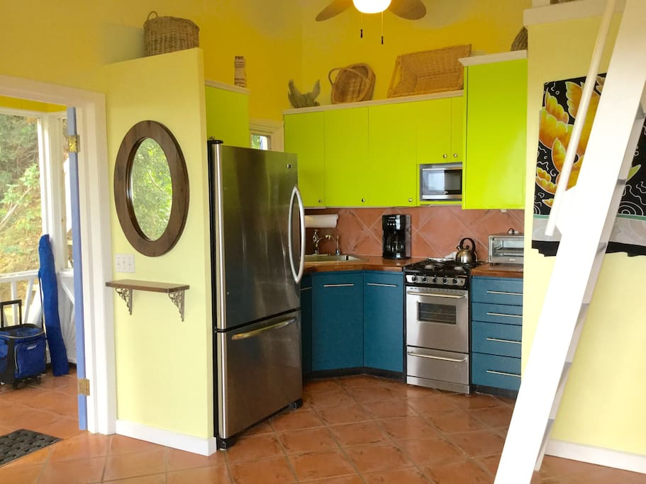 Fully equipped kitchen including filtered drinking water, automatic ice maker, coffee grinder...