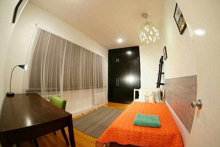 Bright room with panoramic window - Queens - Rumah