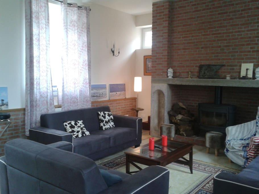 Séjour, poêle à bois et canapés pour votre confort !
