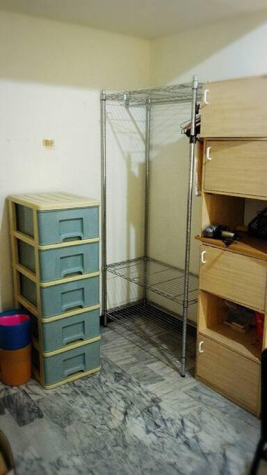 衣架、抽屜櫃、書架、吹風機Wardrobe and drawer, bookcase,hairdryer