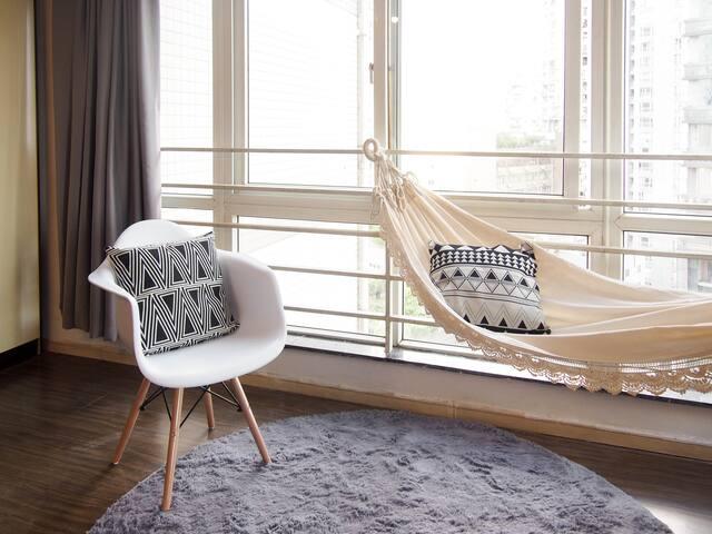 落地窗边上柔软长毛毯