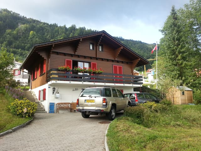 Charming Swiss chalet with amazing view over lake - Emmetten - Hytte (i sveitsisk stil)