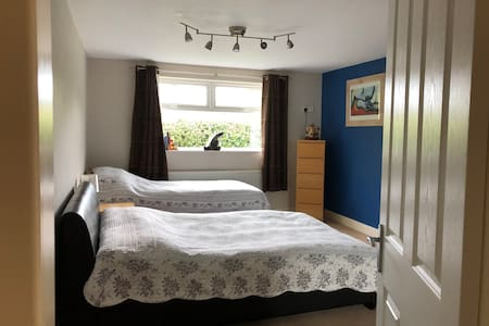 Large comfy room with SMART TV &  Wfi close to A38
