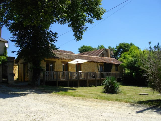 Tranquil gite for 2, great views, swimming pool.