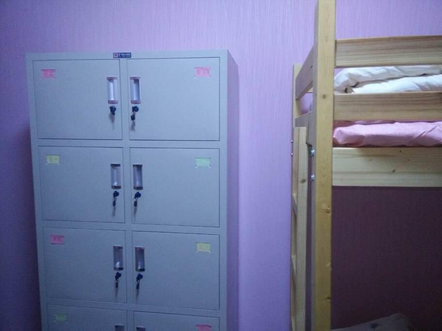女生房间,带有贴各个城市标签的安全柜