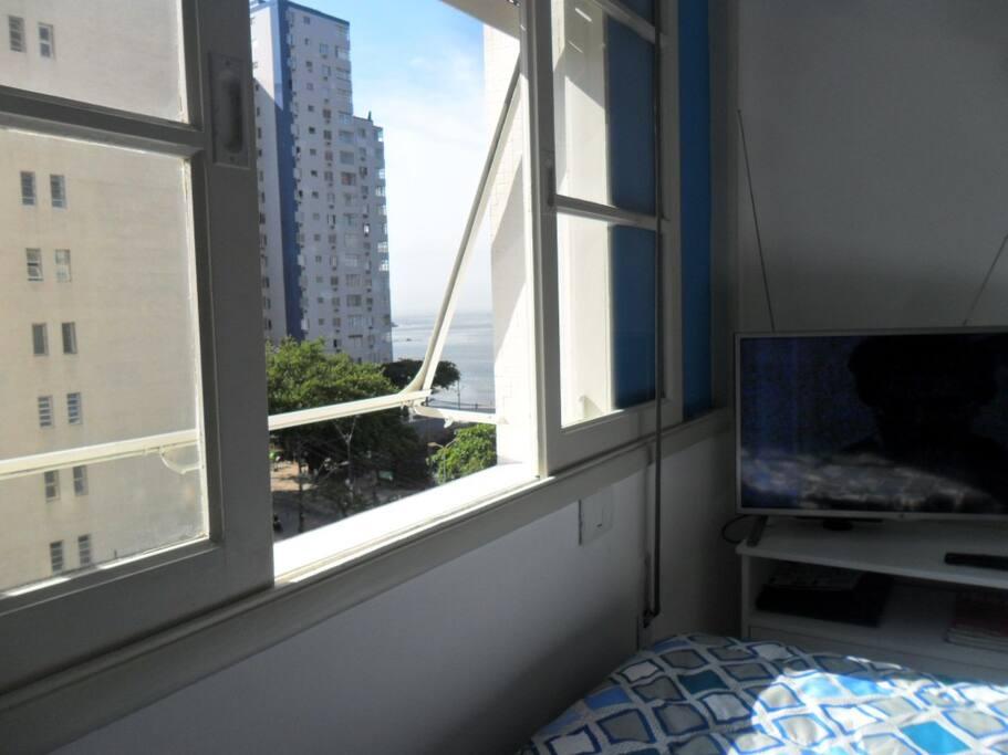 .....janela com vista para o mar. Esta janela, atualmente está com tela de segurança.