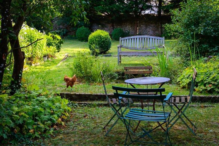 LA MAISON ROUGE, dans son jardin vert.... - Saint-Loup-sur-Aujon - Huis