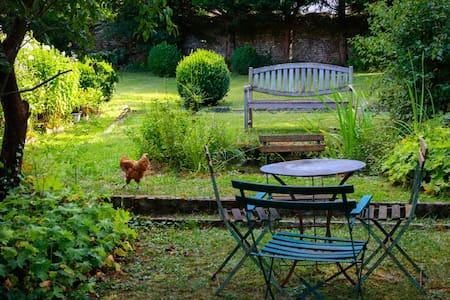 LA MAISON ROUGE, dans son jardin vert.... - Saint-Loup-sur-Aujon - House