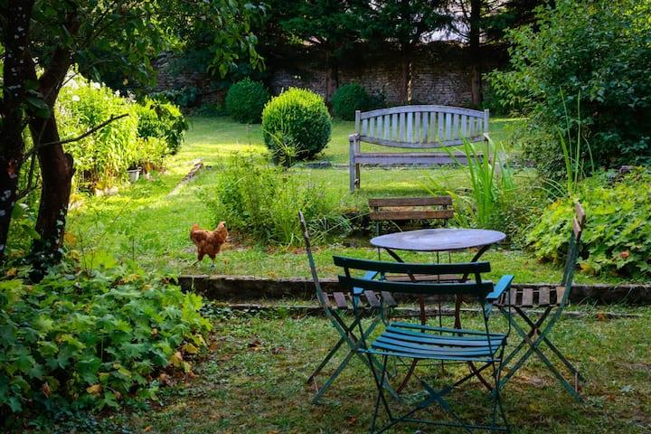 LA MAISON ROUGE, dans son jardin vert....