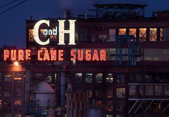 Sugar City - Queen's Serenade! - Crockett